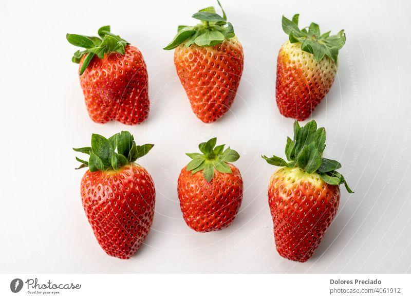 Mehrere große und leckere Erdbeeren der Saison Frucht reif frisch rot Beeren Korb Menschengruppe Teller grün Blatt Ernte Pflanze Bestandteil erdbeeren