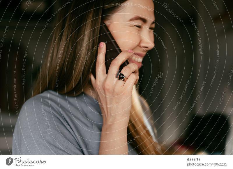 Glückliche Frau Wahrheit echte Menschen wirklich freudig Junge Frau Lächeln lachen Freundlichkeit Stimmung niedlich positiv Freiheit Abenteuer Wärme schön