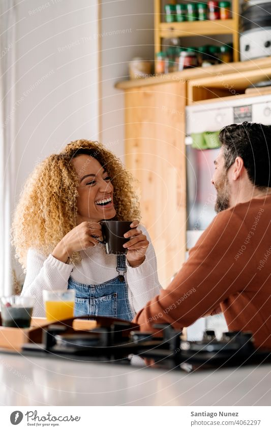 Ehepaar beim Frühstück in der Küche. Lebensmitte Paar Liebe Essen zubereiten heimwärts gemütlich Kaukasier Partnerschaft vorbereitend Frau Glück Person Herd