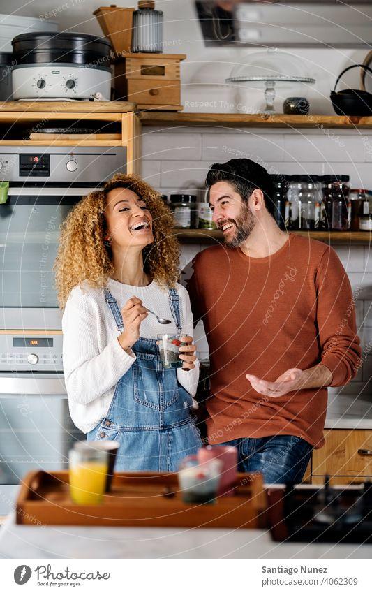 Ehepaar unterhält sich in der Küche. Lebensmitte Paar Liebe Essen zubereiten heimwärts gemütlich Kaukasier Partnerschaft vorbereitend Frau Glück Person Herd