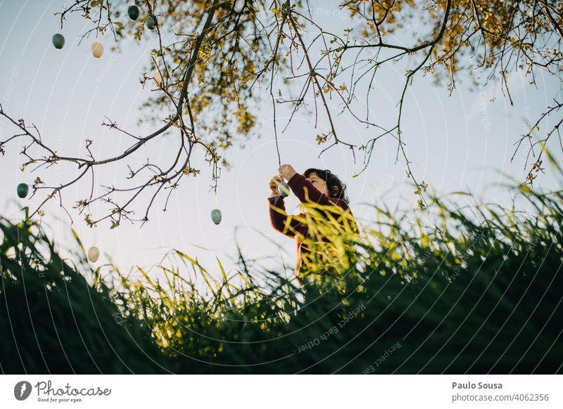 Kind spielt mit Ostereiern im Freien Kindheit 1-3 Jahre Kaukasier Lifestyle Leben authentisch Natur natürlich Ostern Spielen Fröhlichkeit Außenaufnahme