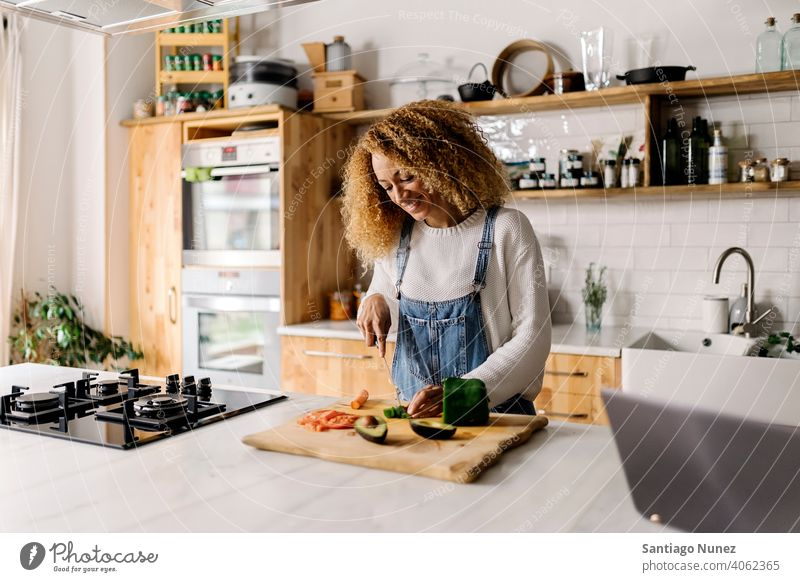 Frau bereitet Essen in der Küche vor. Lebensmitte Paar Liebe Essen zubereiten heimwärts gemütlich Kaukasier Partnerschaft vorbereitend Glück Person Herd allein