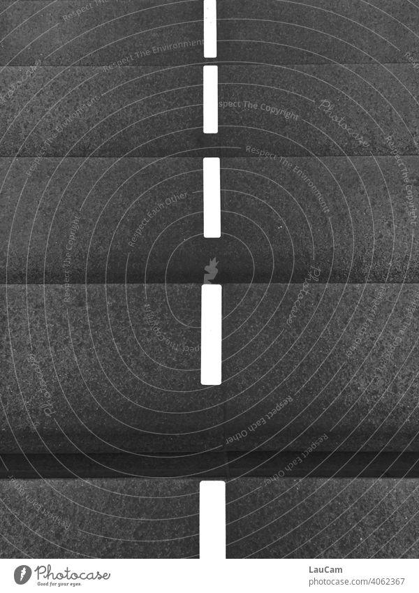 Treppenstufen mit Trennungslinien am Berliner Hauptbahnhof in der Corona-Zeit weiß grau schwarz anthrazit Striche Markierung Markierungslinie Menschenleer Linie
