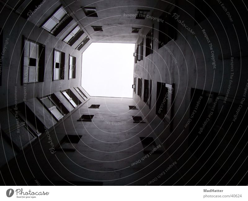 Fenster zum Hof Haus Hinterhof dunkel Fototechnik Bauernhof Justizvollzugsanstalt