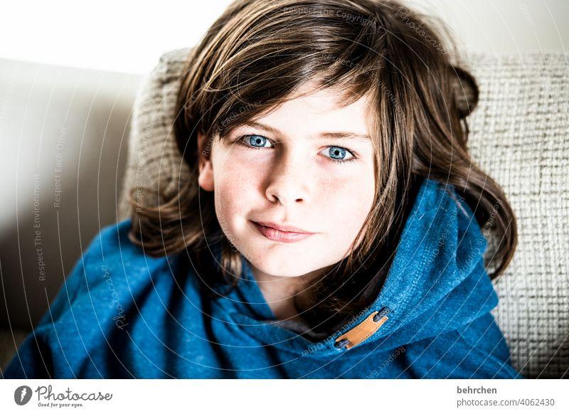 haare ab...seuftz Innenaufnahme blaue augen Farbfoto lange Haare Coolness frech Familie Licht Gesicht Tag Kindheit Junge Nahaufnahme Kontrast Porträt