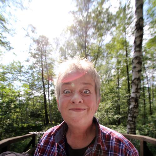 neulich im Märchenwald frau portrait grimasse reflexion birke erstaunen spaß lächeln grinsen leuchten überraschung