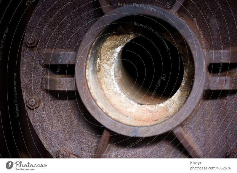Stahlwerk, Zeche , offener Flansch einer alten  schamottierte Rohrleitung zum Transport von heißem Material in einer Zeche. Stahlgewinnung Industrie