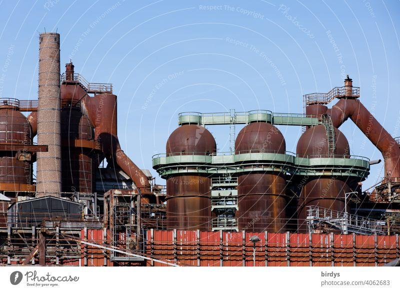 Stahlwerk, Zeche , Industriedenkmal Völklinger Hütte, Hochöfen, alte rostige Rohrleitungen . Stahlgewinnung industrieschornstein Industriekultur Kokerei