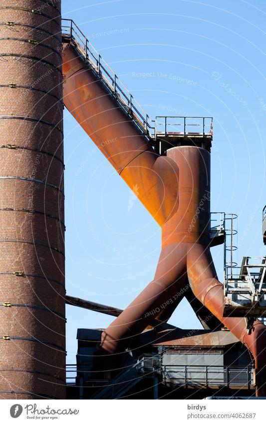 Stahlwerk, Zeche , Industriedenkmal Völklinger Hütte, Hochöfen, alte rostige Rohrleitungen am Hochofen. Stahlgewinnung industrieschornstein Industriekultur