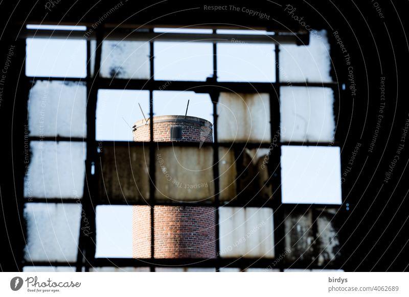 Stahlwerk, Zeche , Industriedenkmal Völklinger Hütte, Durch Staub und Hitze verschmutzte Glascheiben im Stahlwerk. Industrieschornstein.. Stahlgewinnung