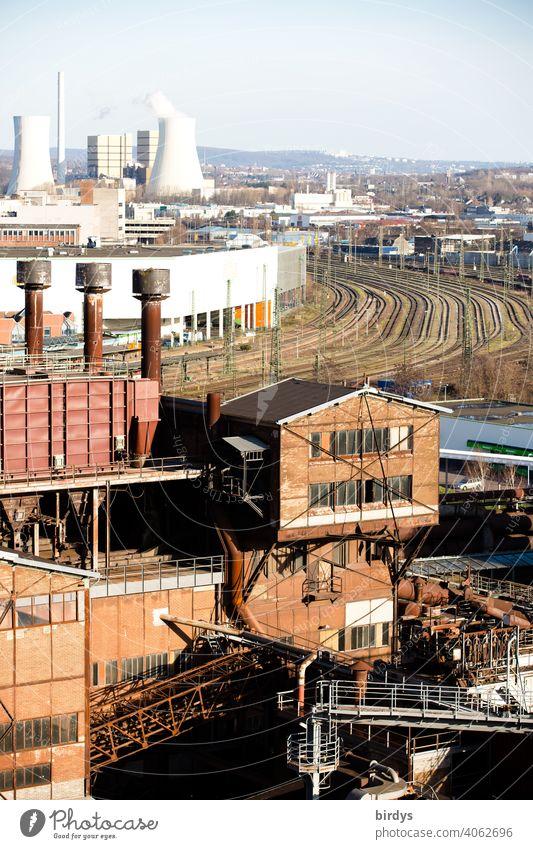 Stahlwerk, Zeche , Industriedenkmal Völklinger Hütte, Im Hintergrund Gleisanlagen und das Kraftwerk Fenne Hochöfen industrieschornstein Industriekultur