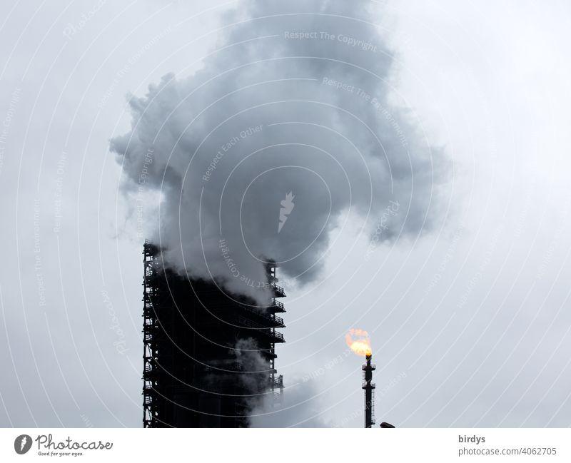 Löschturm vom Stahlwerk Thyssen-Krupp Kokerei in Duisburg. gewaltige Dampfwolke, Löschwolke die beim Abkühlen von heißem Koks in einem Holzturm dem Löschturm entsteht
