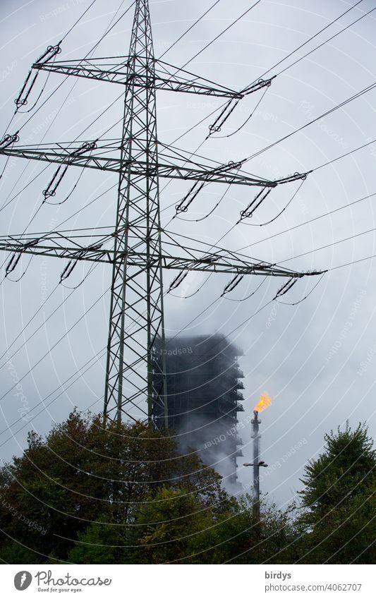 Löschturm vom Stahlwerk Thyssen-Krupp Kokerei in Duisburg , daneben eine Gasfackel, mit Gasflamme. gewaltige Dampfwolke, Löschwolke die beim Abkühlen von heißem Koks in einem Holzturm dem Löschturm entsteht