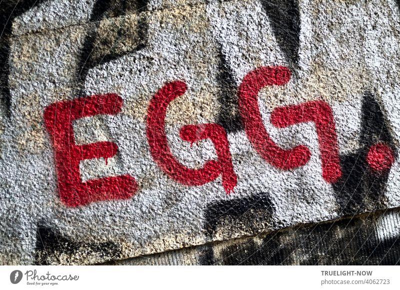 Ob der Künstler bei seinem Kunstwerk an Ostern gedacht hat, wissen wir nicht. Er hat die Zeichen EGG. jedenfalls in wirkungsvollem Rot auf ein Graffiti an einer Mauer platziert