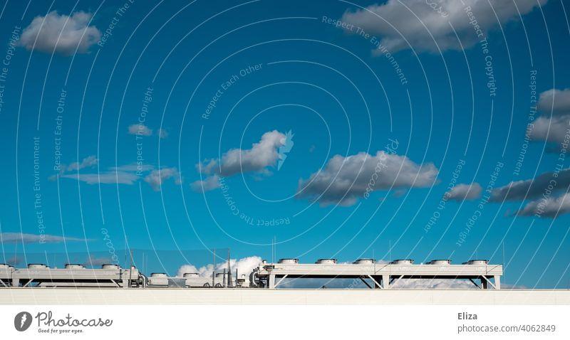 Luftwärmepumpen-System auf dem Dach eines Hauses. Moderne und umweltfreundliche Heiztechnik. Heizung nachhaltig modern Wohnhaus heizen Energiegewinnung