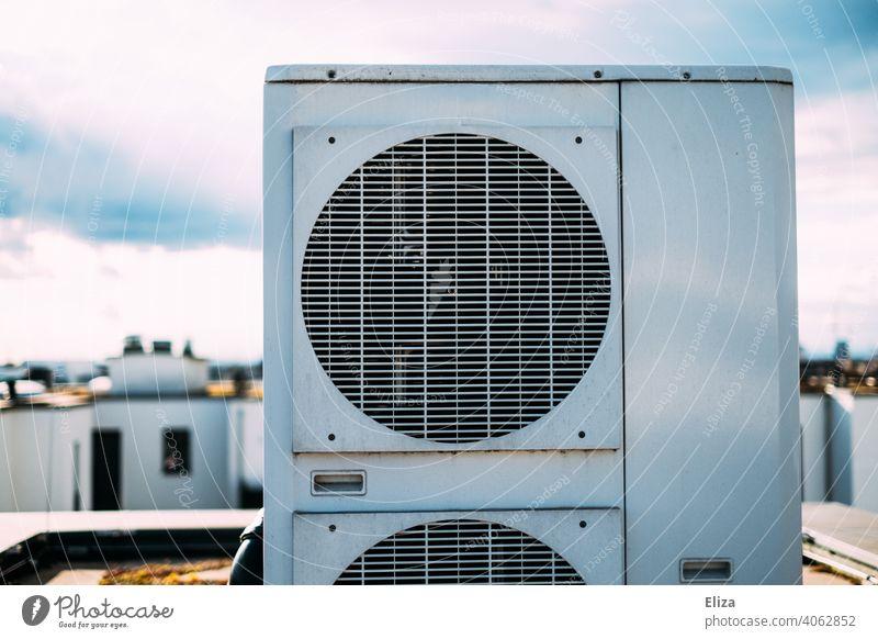 Luftwärmepumpe auf dem Dach eines Wohnhauses. Moderne und umweltfreundliche Heiztechnik. Heizung nachhaltig modern Haus heizen Energiegewinnung Wärmegewinnung
