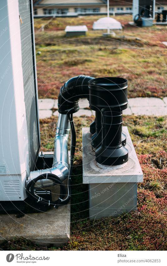 Luftwärmepumpensystem auf dem Dach eines Wohnhauses. Moderne und umweltfreundliche Heiztechnik. Heizung nachhaltig modern Haus heizen Energiegewinnung