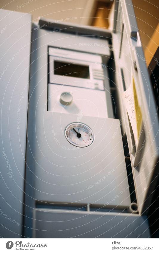 Steuergerät einer Luftwärmepumpe. Moderne und umweltfreundliche Heiztechnik. Heizung nachhaltig modern Wohnhaus Haus heizen Energiegewinnung Wärmegewinnung