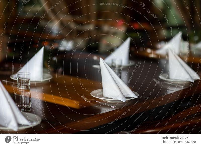 schön gedeckter Tisch in einem Restaurant. selektiver Fokus. Geräusche sind vorhanden Silberwaren Kulisse Serviette Reichtum Glas leer Speise Besteck Feier