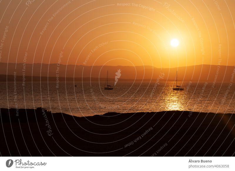 Landschaft bei Sonnenuntergang, Paracas-Bucht, Peru. Fotografie reisen Südamerika Silhouetten Berge Hügel MEER Boote Segel Mast verankert Wasser Wellen