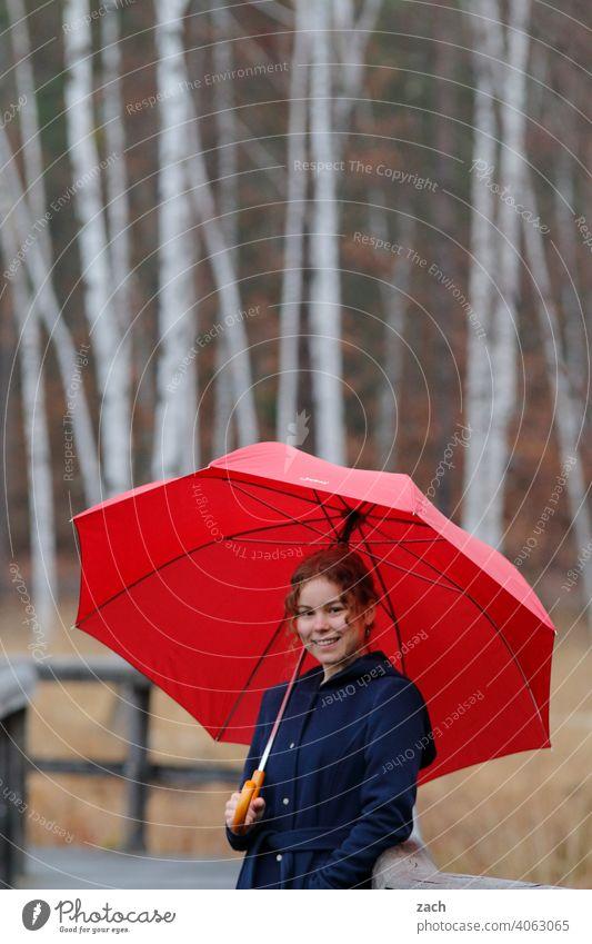 Morgenmelodie Frau Mädchen Junge Frau Freizeit & Hobby Wald Wege & Pfade Regenschirm Schirm rot Sonnenschirm