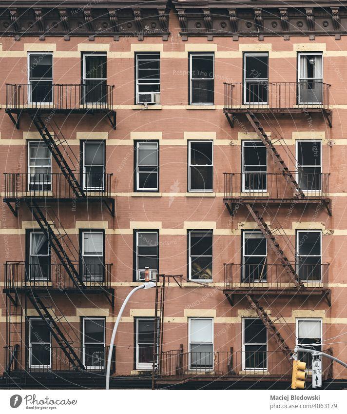 Altes Mietshausgebäude mit Feuerleitern, farbig getöntes Bild, New York City, USA. Gebäude New York State Großstadt Feuertreppe Haus nyc retro Symbol alt