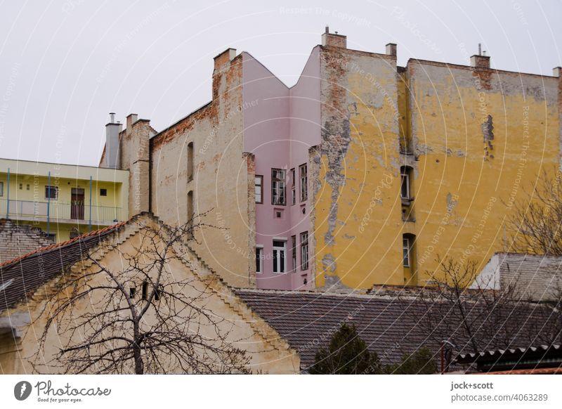 ein Vorort von Budapest am tristen Tag Fassade Strukturen & Formen Lichterscheinung Stil Gedeckte Farben Architektur Tristesse verwittert Zahn der Zeit Himmel