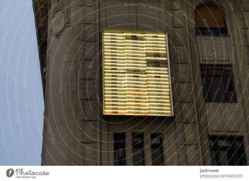 Leuchtkasten in der Dämmerung an einem traditionellen Gebäude Fassade Leuchtkraft Silhouette Neonlicht Strukturen & Formen unvollständig Leuchtröhre