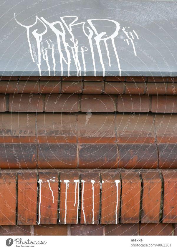 Tropfen mit Unterbrechung Farbe Graffiti Fassade Mauer Wand Schmiererei Subkultur Linie Linien Straßenkunst Verschmutzung Graffito Ziegelwand verlaufend