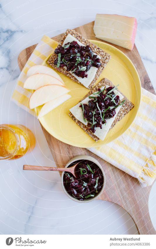 Sommer-Basilikum-Kirsch-Relish-Snack Mandeln Amuse-Gueule Vorspeisen Äpfel Sortiment Hintergrund Beeren Holzplatte Charcuterie Charcuterieplatte Käse Küchenchef