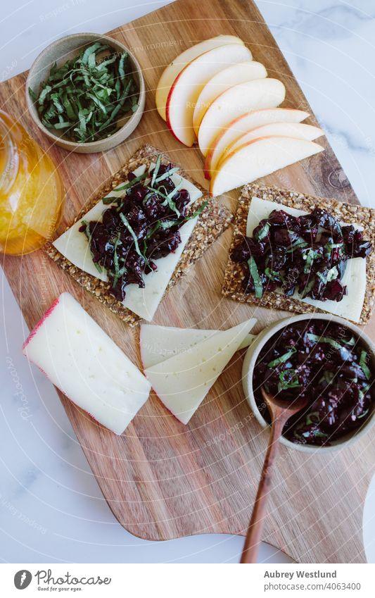 Sommer-Basilikum-Kirsch-Dip Charcuterie-Snack Mandeln Amuse-Gueule Vorspeisen Äpfel Sortiment Hintergrund Beeren Holzplatte Charcuterieplatte Käse Küchenchef