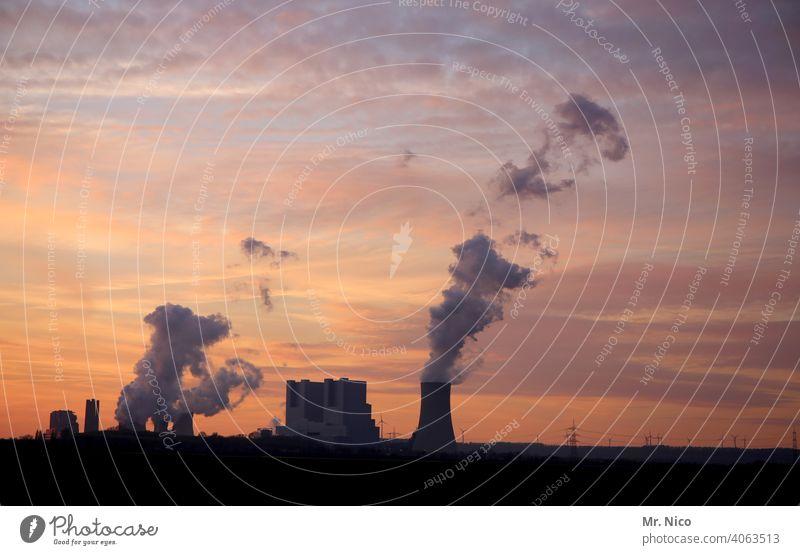 Kraftwerk in der Dämmerung Kühlturm Umweltverschmutzung Kohlekraftwerk Industrieanlage Klimawandel Umweltschutz Schornstein CO2-Ausstoß Emission