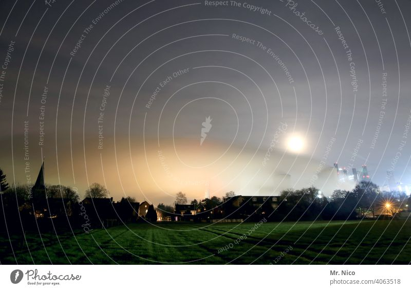 Industrie bei Nacht Kühlturm industrieromantik umweltbelastung Schornstein Energiewirtschaft Luftverschmutzung Licht Wolken Umwelt Umweltverschmutzung