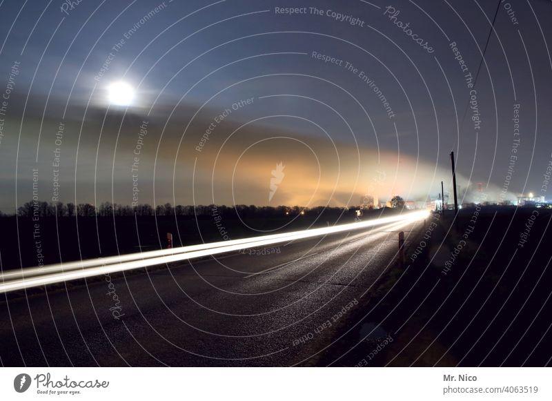 Unterwegs zur Nachtschicht Langzeitbelichtung Dämmerung CO2-Ausstoß Emission Industrieanlage Energie Himmel Klima Vollmond Klimawandel Umweltschutz Feld Fabrik