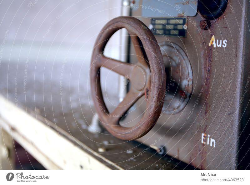 Aus / Ein dreckig Technik & Technologie Energiewirtschaft industriell Industrie Industrieanlage drehen absperren Metall alt ausmachen Einschalten Fabrik