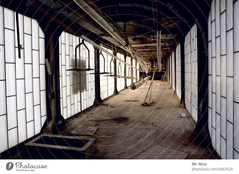 Produktionsstätte Gebäudekomplex Industriebetrieb Schichtarbeit Montagehalle Industriefotografie Fertigungsanlage ruhig Staub staubig fabrikanlage Insolvenz