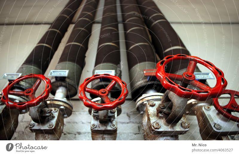 Dreh mal am Rad Rohrleitung Rohre Wand Metall alt Leitung absperren drehen rot absperrschieber Absperrventil Industrieanlage Handwerk Eisenrohr Ventil Messing