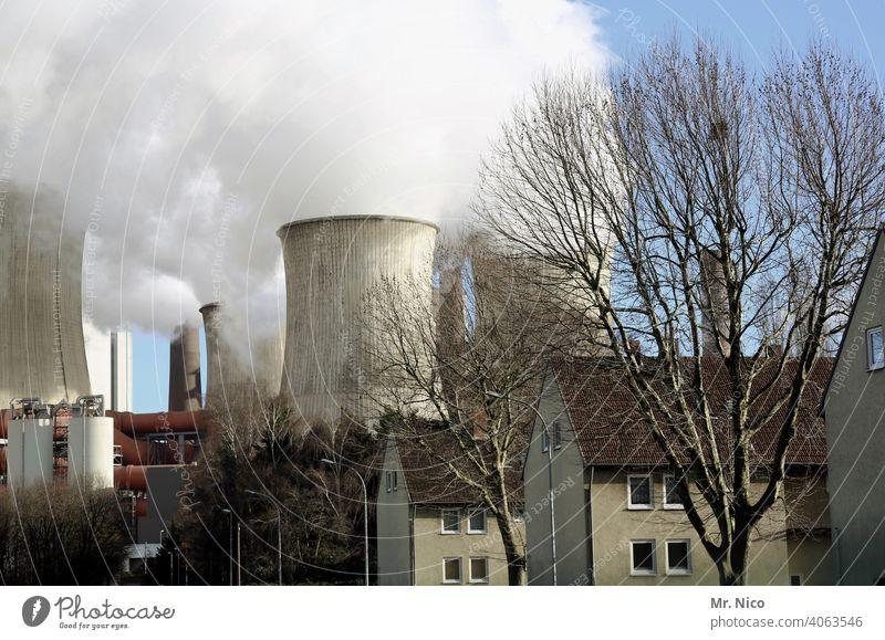 Arbeitersiedlung Mehrfamilienhaus Kühlturm Wasserdampf Umweltverschmutzung Dorf Klimawandel Kohlekraftwerk Energiewirtschaft Fabrik Industrie Haus Schornstein