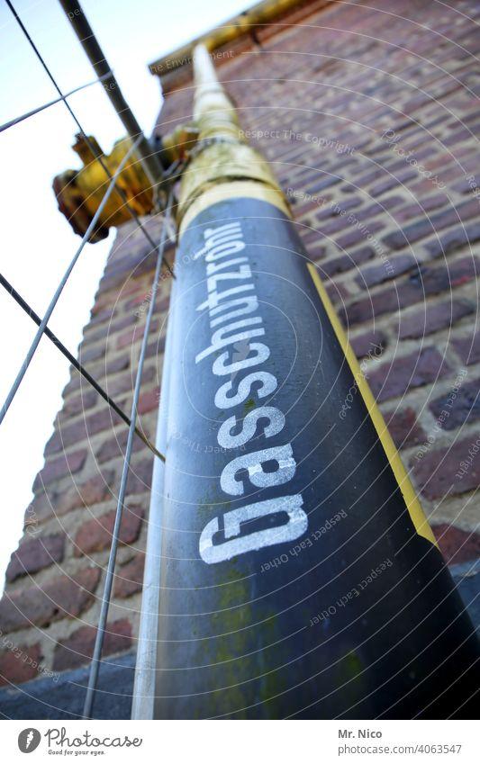 Gasleitung Gasschutzrohr Rohrleitung Wand Metall außenwand Gebäude Mauer Leitung absperrschieber Industrie Industrieanlage Ventil Absperrventil industriell
