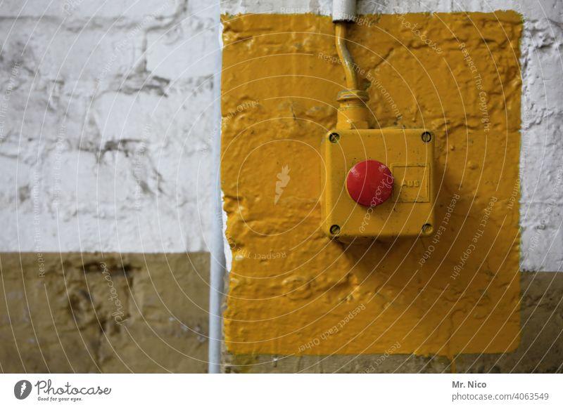 Not Aus Schalter Technik & Technologie Wand Mauer drücken ausschalten Elektrizität Stress rot gelb Industrieanlage Gebäude Arbeit & Erwerbstätigkeit