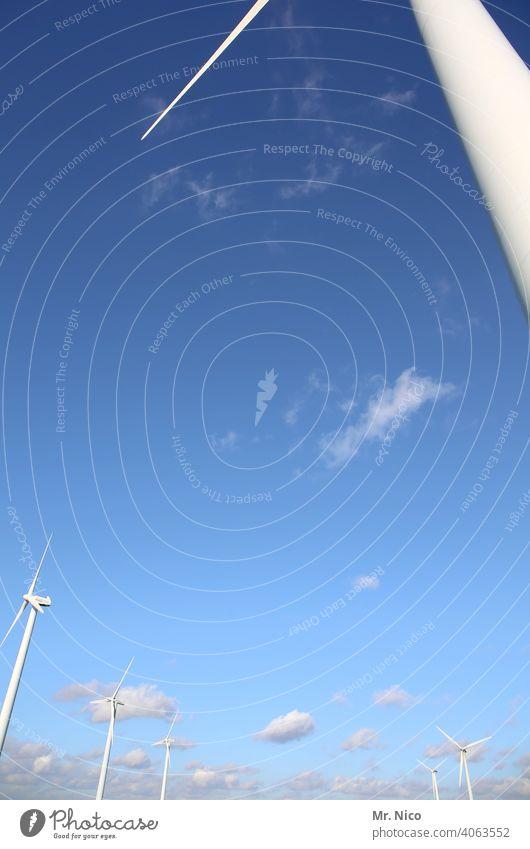 Windpark Turbine Strom Wolken Windräder Elektrizität weiß blau Blauer Himmel Flügel Innovation Erzeuger Ressource regenerativ nachhaltig Ökostrom Kraft Windrad