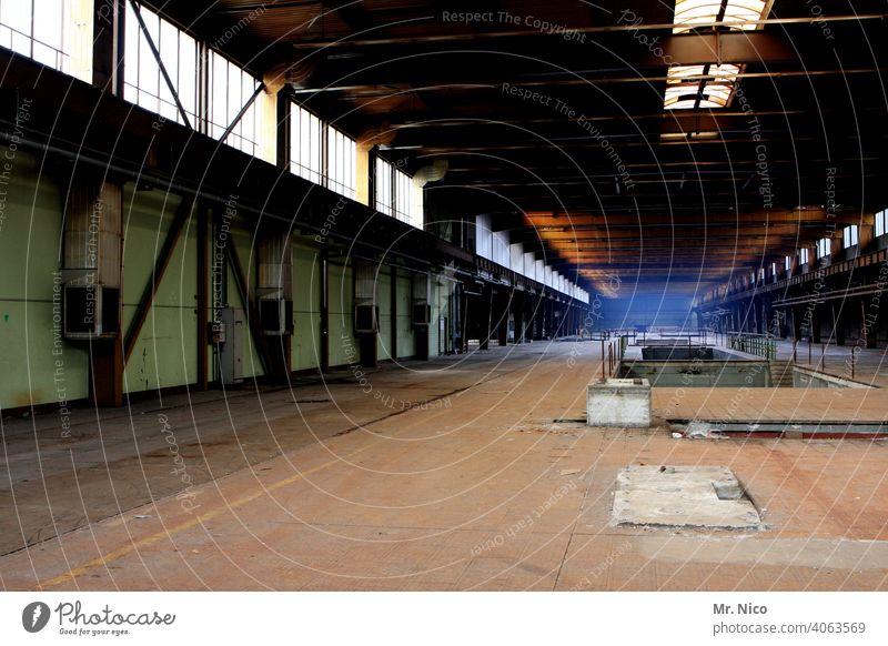 Werkhalle Produktion Gebäudekomplex Industriebetrieb Schichtarbeit Montagehalle Industriefotografie Fertigungsanlage Einsamkeit ruhig Staub staubig fabrikanlage