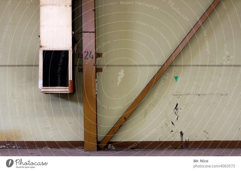 Lüftungsschacht Wand Strukturen & Formen Lüftungsschlitz Mauer Halle Werkhalle Fabrikhalle Stahlträger Industrie dreckig veraltet Industrieanlage vierundzwanzig