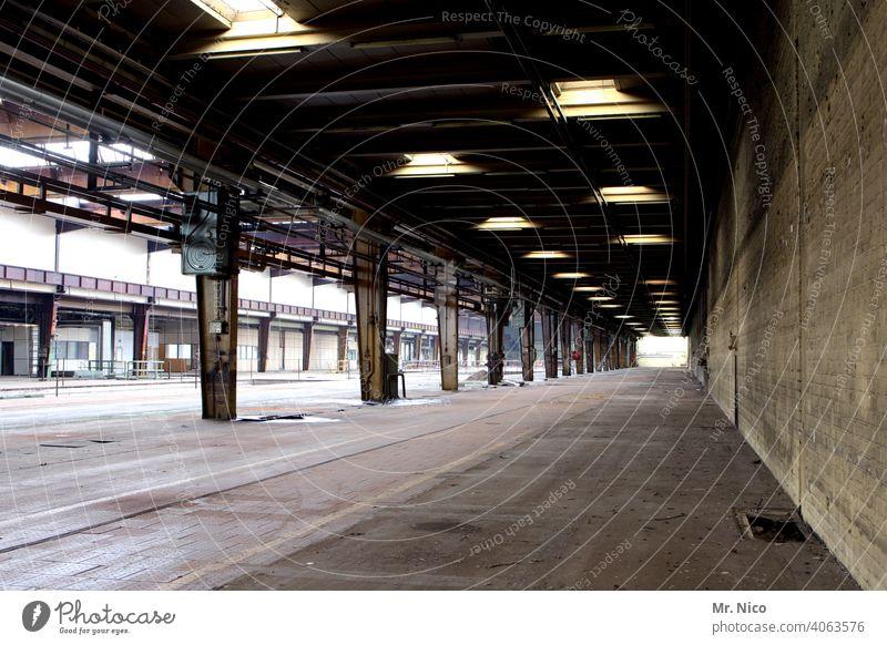 Fabrikhalle Industrie Vergänglichkeit trist Verfall abrissreif Ruine werkshalle Leerstand Wandel & Veränderung Lagerplatz Handel Lagerhaus Warenlager