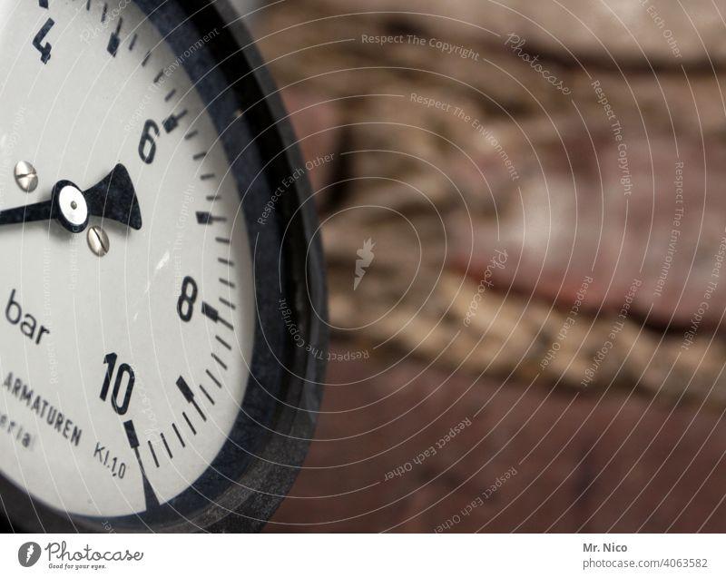 Manometer Messgerät Armatur Zahl Ziffern & Zahlen Zeichen Nummer weiß zählen Anzeige Druck Industrie Messinstrument Skala Messanzeige analog kaputt verfallen