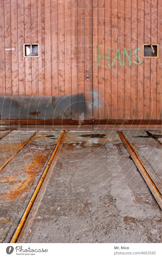 Vornamen I Hans Gebäude Tor Tür Schienen Holztor geschlossen Holztür Eingangstor Rost alt Strukturen & Formen Griff Luke Ausbesserungswerk trist lokschuppen
