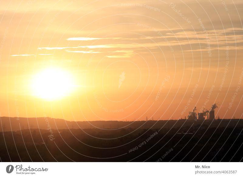 Kraftwerk im Sonnenuntergang Kühlturm Kohlekraftwerk Umweltverschmutzung Umweltschutz Klimawandel Industrieanlage Schornstein Erneuerbare Energie Emission