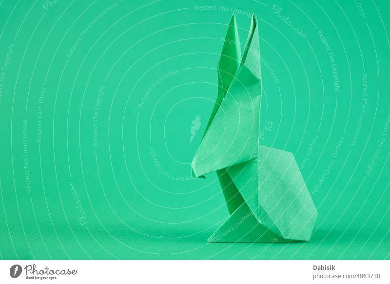 Papier Origami Esater Kaninchen auf einem grünen Hintergrund. Ostern Feier Konzept Hase Feiertag Tier Dekoration & Verzierung Frühling Glück niedlich Kunst