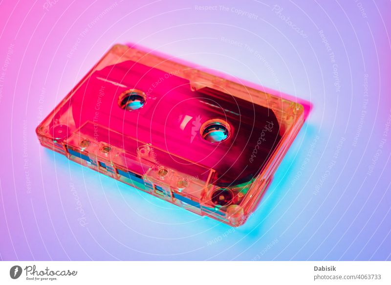 Retro-Kassettenband auf einem bunten Neon-Hintergrund Musik Klebeband Aufzeichnen alt stereo altehrwürdig retro Audio Klang Medien Stil 1980 Kopie mischen