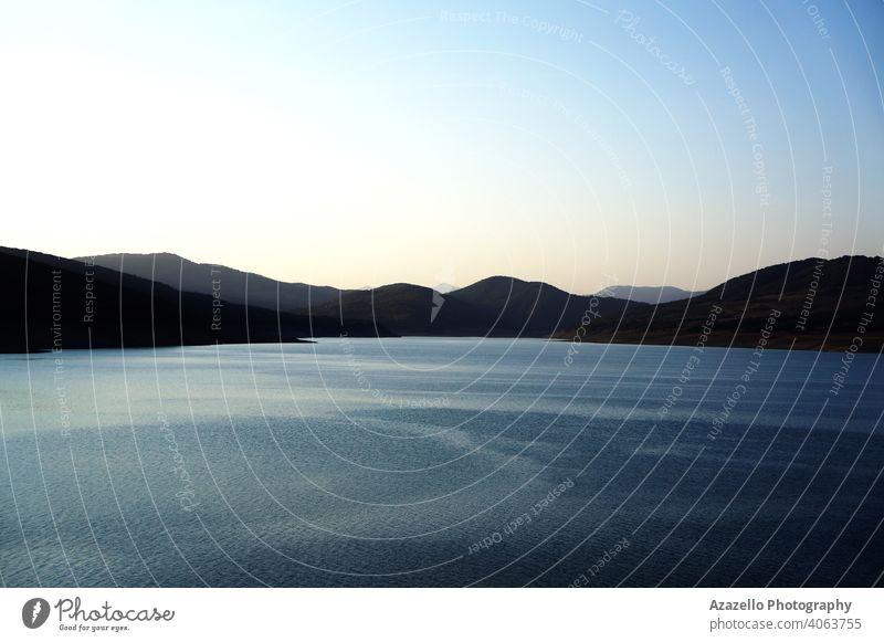 Blick auf den See am Abend. Hintergrund schön blau hell Windstille Wolken Küste Farbe farbenfroh Morgendämmerung Tag Dock Abenddämmerung Gras grün Feiertag